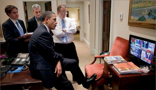 Obama-Watching-Mubarak-on-TV-600x346