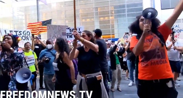 """""""Defund the Media!"""" – Anti-Vax Mandate Protesters Gather Outside New York Times Building (VIDEO)"""