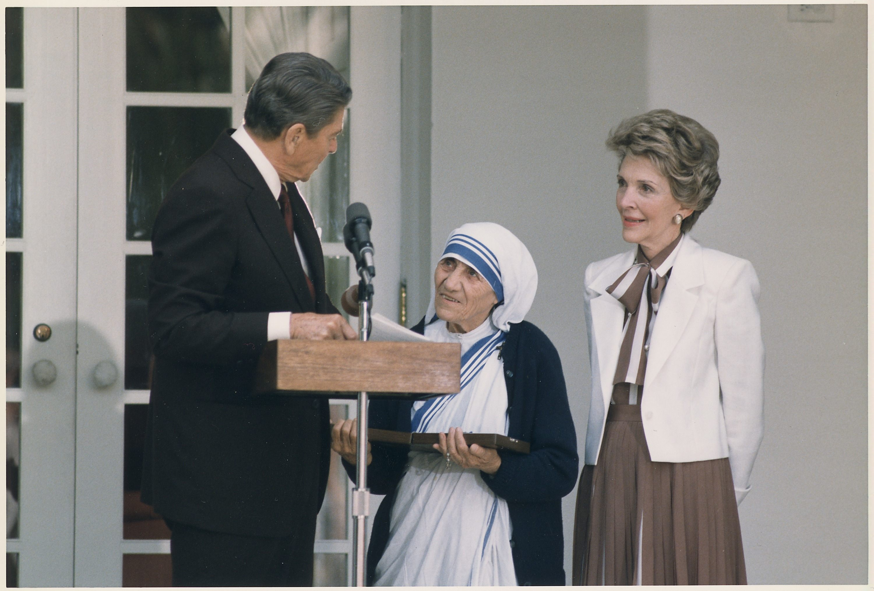 Photograph_of_The_Reagans_presenting_Mother_Teresa_with_the_Medal_of_Freedom_at_a_White_House_Ceremony_-_NARA_-_198564