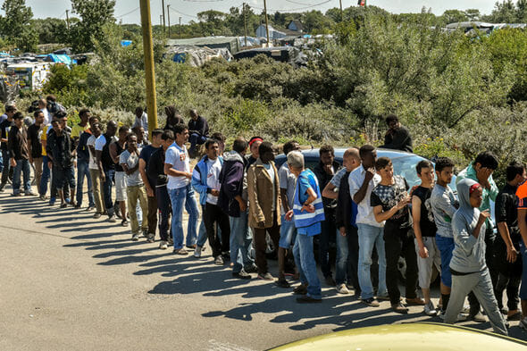 migrants line up