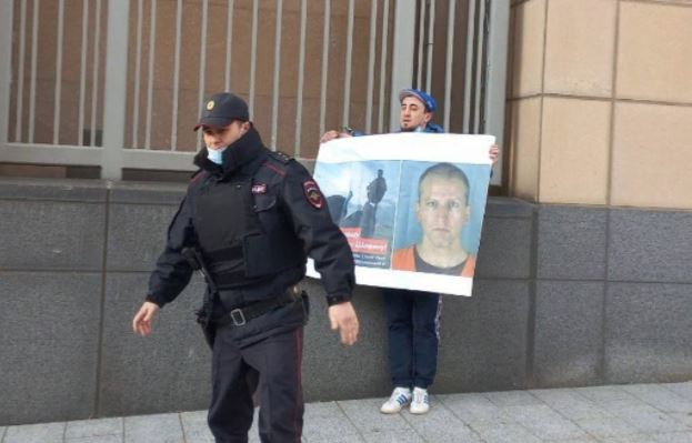 """""""Free Derek Chauvin"""" – Russian Rapper Handcuffs Himself to US Embassy in Protest to Minnesota Verdict"""